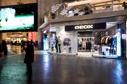 Vegetales Temeridad vapor  Anche Geox nella grande vetrina della Stazione Centrale di Milano – boop  fashion story